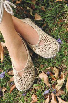 crochet shoes, ballet flats for summer with button accents Crochet Booties Pattern, Crochet Slipper Pattern, Crochet Sandals, Crochet Boots, Crochet Slippers, Crochet Clothes, Knitted Booties, Women's Slippers, Crochet Flip Flops