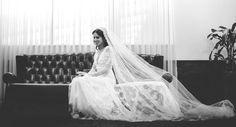 Ela se casou com o vestido dos seus sonhos, um model by Inbal Dror: www.yeswedding.com.br/pt/casamentos/post/casamento-em-dose-dupla