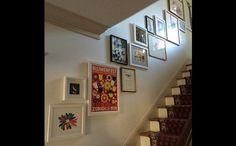 """""""A parede ociosa da escada ganha a função de galeria do lar (créditos: Reprodução/Instagram) - Casa - GNT"""""""