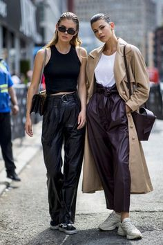 The Best Street Style Looks from New York Fashion Week - FASHION Magazine New York Fashion Week is underway for the Spring/Summer 2020 season and has brought with it a slew of ultra-cool street style. Here are our favourite looks so far. New York Street Style, Look Street Style, Model Street Style, Street Style Summer, Autumn Street Style, Street Styles, New York Style Fashion, Spring Fashion Street Style, Spring Style