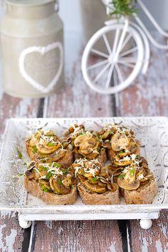 Bruschetta z pieczarkami pojawia się na wielu przyjęciach. Jest prosta i szybka do wykonania, a jednocześnie niezwykle smaczna. Przypadnie do gustu każdemu. Food Design, Cheddar, Bruschetta, Baked Potato, Grilling, Muffin, Pizza, Menu, Baking