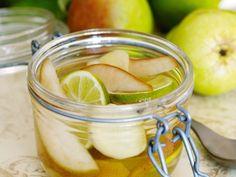 Inlagda päron med lime och ingefära - De sötsyrliga päronen passar utmärkt till glass.