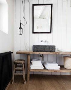 Console de salle de bain en orme brut ancien Little Poland Farmhouse Bathroom Sink, Cozy Bathroom, Bathroom Styling, Bathroom Interior, Modern Bathroom, Bathroom Ideas, Bathroom Renovations, Small Bathroom, Wash Stand