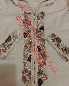 Regardez cette photo Instagram de @caftankarima • 22 J'aime Hand Work Embroidery, Embroidery Dress, Beaded Embroidery, Embroidery Designs, Motifs Perler, Modele Hijab, Moroccan Dress, Muslim Dress, Pearl And Lace
