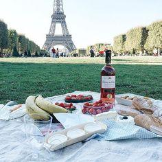 Piquenique aos pés da Torre Eiffel - Paris - França