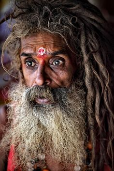 Eyes for the true Soul, a Guru from Kanyakumari. We had a pleasant Tamil chat in the Juna Akhara tent. (Wondering, many travelers never meet people ? Cultures Du Monde, Kumbh Mela, Haridwar, Kundalini Yoga, Many Faces, Varanasi, Interesting Faces, People Around The World, Portrait Photography