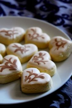 Biskut Marmar Carries - tender butter cookie with such a pretty sugary topping Eid Biscuits, Coffee Biscuits, Eid Food, Food C, Halal Recipes, Real Food Recipes, Yummy Food, Finger Desserts, Just Desserts