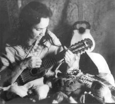 Violeta Parra was a folklorist and an ethnomusicologist, a poet, a musician, a painter, a sculptor and a tapestry maker. Her work captured Chile as it was. Cute Pupies, Victor Jara, Young The Giant, Music Love, Folklore, America, History, Image, Musicians