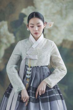 Korean Traditional Dress, Traditional Fashion, Traditional Dresses, Kimono Fashion, Girl Fashion, Korea Dress, Modern Hanbok, Mode Costume, Pin On