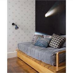 Bom dia!!! ✨ Papel de parede, plotagem e o quarto com tema de espaço/estrelas ficou lindo demais  By @renatalemosarquitetura e @marcellabacellar #ahlaemcasa #estrelas #papeldeparede #camadeck #madeira #bomdia