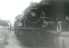 """Itaquera - Em 1987, a 'Velha Senhora', a 353 da EFCB, na plataforma da estação de Itaquera. Foto do livro """"História de Itaquera""""."""