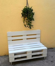 White painted pallet bench with short metal legs - inspired wood pallet projects Pallet Furniture Designs, Wooden Pallet Projects, Wooden Pallet Furniture, Pallet Crafts, Wood Pallets, Pallet Bench, Pallet Patio, Pallet Art, Palette Deco