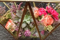 Detalle closeup del terrario corazón prisma #ezflowerart #prismaticheart #diseñoespecial #flowers #flowerart #flowerstagram #alcachofaservices #succulove #succulent #quarz