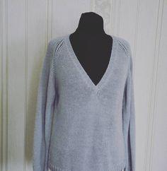 Реглан+V-образная горловина! Раньше мне такая комбинация казалась несовместимой, но в этом джемпере все сошлось! Глубокая головина и декоративная линия реглана дополняют друг друга! #juliyatulup #knitting_inspire #knitting #jumper #pullover #knit #machinecraft #machineknitting #knitstagram #knittersofinstagram #i_loveknitting #loveknitting #вязание #машинноевязание #вязаниенамашине #вязаниеназаказ #зроблено_в_україні