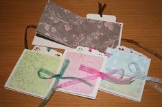 Minialben oder Notizbüchlein: Innenseiten aus einem Papierbogen gefaltet, circa 9x9 cm