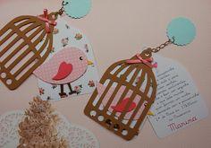 Convite ou lembrança de gaiola com passarinho em scrapbook. Produzido com papéis de scrapbook, correntinha de metal, strass e lacinho de cetim. Quaisquer cores. R$ 6,50