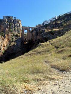 De Puente Nuevo (betekenis: nieuwe brug) in de stad Ronda, Andalusië in Zuid-Spanje is een stenen brug die als een van de drie bruggen de diepe kloof Tajo de Ronda met de rivier de Guadalevín overspant. Op bepaalde plaatsen is deze kloof 120 meter diep. De brug heeft een hoogte van 98 meter.