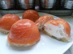 J'ai imaginé cette recette en voyant un plat similaire dans la vitrine d'un traiteur. Pour 8 dômes Ingrédients : 300 g de saumon fumé 1 chèvre frais type petit Billy 2 échalottes (80g) 8 fonds d'ar...