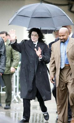 Singer Michael Jackson leaves the Santa Barbara County Courthouse. The Jackson Five, Jackson Family, Janet Jackson, Paris Jackson, Santa Maria California, Michael Jackson Smile, The Jacksons, American Singers, Peter Pan