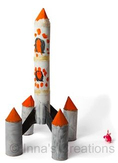 Goedkope knutsel tip van Speelgoedbank Amsterdam voor kinderen en ouders. Recycle / upcycle het karton van de keukenrol en closetrolletjes en maak een spannende raket. Goedkoop knutselen / budget tip.