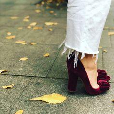 Terciopelo granate, lazo con click y tacón gordo de 11 cm Velvet Shoes, Madrid, Instagram, Fashion, Templates, Garnet, Bride Shoes, Footwear, Hair Bows