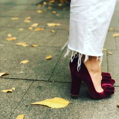 Terciopelo granate, lazo con click y tacón gordo de 11 cm Velvet Shoes, Madrid, Instagram, Fashion, Templates, Garnet, Bride Shoes, Hair Bows, Merry Christmas