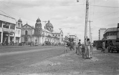 Quiapo Church, also known as the Church of the Black Nazarine, was not war damaged. Ancient Greek Architecture, Gothic Architecture, Philippine Holidays, Filipiniana, Manila Philippines, Old Churches, American Soldiers, Back In Time, Historical Pictures
