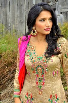 love the outfit, makeup, hair and earring!!