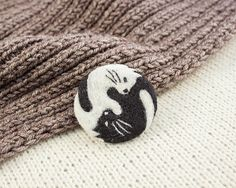 Brooch yin yang cat Needle felted brooch cat Black and white cat Yin yang jewelry Cat lover gift #Needlefeltedbrooch #broochcat #catfacebrooch #animalbrooch #woolcreationsstore