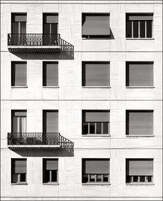 Torre-Rasini-e-Palazzo-d-abitazione-WINDOWS-I-2006-CM-40X50-FOTOGRAFIA-SCATTATA-SU-PELLICOLA-PIANA-E-STAMPATA-SU-CARTA-FINE-ART.jpg (488×600)