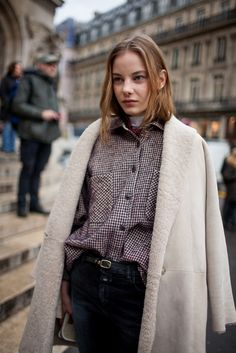 """ロンドンで行われた2016-17年秋冬ロンドン・ファッション・ウイーク会場から、最新のストリートスナップをお届け。2016年春夏のトレンドの一つである、「クロエ(CHLOE)」の""""ニュースタンダード""""や、""""DIY(DO IT YOURSELF)""""な着こなしも登場したほか、「ロエベ(LOEWE)」を愛好する""""ロエベスト""""もキャッチした。"""