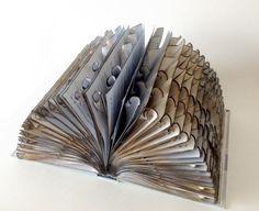 Eine Serie von Kunstwerken durch die Umwandlung in neue Formen alt und nutzlos Telefonbücher und Kataloge hergestellt. Alle Objekte sind das Ergebnis vieler Stunden Geduld und präzise Handarbeit. Sie sind schöne Dekoration für jeden Winkel und jede Ritze für Ihr Zuhause. Die Buchgröße ist 31 x 22 cm x 16 cm (12 x 8,7 x 6,2)