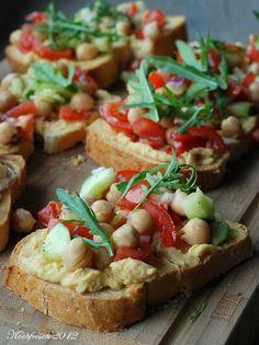 Kochfrosch: Bruschetta mit Kicherbsen-Tomaten-Gurkensalat