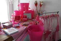 Een volledig kinderfeestje in 4 roze manden.