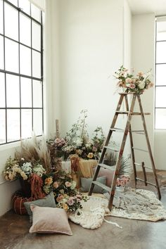 Hanging Wedding Decorations, Flower Decorations, Bohemian Studio, Photos Booth, Photography Backdrops, Photography Studio Decor, Cozy Nook, Ladder Decor, Flower Arrangements
