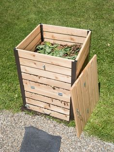 Survival of the fittest today Outdoor Compost Bin, Diy Compost Bin, Garden Compost, Composting Process, Composting At Home, Murcia, Potato Bin, Yard Waste, Perennials