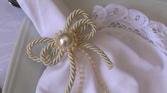 confeccionado com cordão de são francisco 02/15 , meia pérola e mini pérolas.Ideal para festas:casamento, aniversário. bodas e decoração da casa