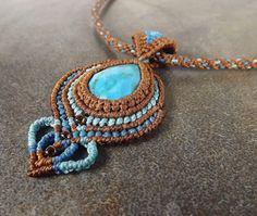 Turquoise Macrame Pendant Kumihimo Necklace In Blue por neferknots
