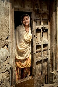 Gujarat (India) A lovely 'Good Morning' smile, Gujarat. Gujarat is a state in the western part of India, known locally as Jewel of Western India. We Are The World, People Around The World, Amazing India, Goa India, India People, Varanasi, World Cultures, Indian Art, Belle Photo