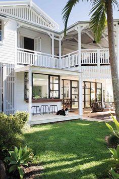 Un Queenslander classique rénové dans un superbe style Hamptons - renovation Die Hamptons, Hamptons Style Homes, Dream House Exterior, Exterior House Colors, Beach House Exteriors, Style At Home, Queenslander House, Casas The Sims 4, Australian Homes