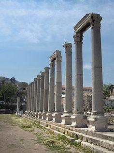 Kaupunki kutsuttiin: kaupunkien turhuuden paratiisiksi.  26 jaa. Smyrna sai ainoana Aasian kaupungeista rakentaa temppelin Rooman keisarille, Tiberiukselle. Rooma antoi yksinoikeuden Tiberiuksen temppeliin. Smyrna oli kuuluisa uskollisuudestaan.   Temppeleistä on jäljellä yksi pylväikkö, joka sijaitsi torin reunalla.   Yksi Turkin suurimmista kaupungeista. Se on myös vilkas satama- ja yliopistokaupunki. Egypt Travel, Africa Travel, Antalya, Republic Of Turkey, Visit Turkey, Western Coast, Beste Hotels, Turkey Travel, Travel Agency