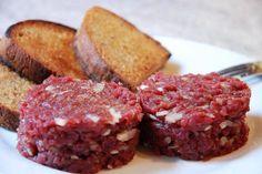 tatarský biftek - originál recept Food 52, International Recipes, Meatloaf, Stir Fry, Ham, Fries, Steak, Good Food, Food And Drink
