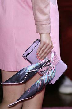 How to wear a bandana on your wrist silk scarves 42 Ideas Bandana Outfit, Bandana Scarf, Ways To Wear A Scarf, How To Wear Scarves, Fashion Week, New York Fashion, Gold Fashion, Fashion Fashion, Fashion Jewelry