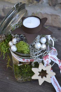 Ein Bügelglas für den Advent zurechtgemacht.Verschiedene Moose,Kugeln,Haselnüsse,Zapfen,Edelweissblüte,Holzstern und Weihnachtsdekoband sowie ein Metallkerzenhalter mit Teelicht haben dazu...