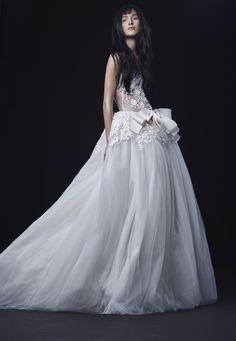 Sfilano nella Big Apple le nuove creazioni degli stilisti per le spose dell'Autunno 2016. Da Oscar de la Renta a Pronovias, da Vera Wang a Carolina Herera: ecco gli abiti più belli per quelle che diranno sì tra 12 mesi. E per quelle a cui piacerebbe tanto...