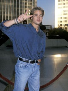 Brad Pitt Is the Only Style Icon That Matters—Hear Me Out - - Fact: Brad Pitt's style was straight fire. See all the throwback outfits that have us convinced he's a style icon. Throwback Outfits, Mode Streetwear, Ikon, Jeans Style, Fashion Models, 1990s Mens Fashion, 1990s Fashion Trends, 90s Models, Celebrities Fashion
