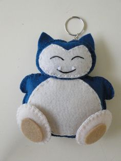 Snorlax Pokemon em feltro Snorlax Pokemon, Pokemon Dolls, Pokemon Craft, Charmander, Festa Pokemon Go, Pokemon Party, Felt Keychain, Felt Puppets, Felt Crafts Patterns