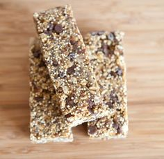 We're crushing on quinoa. These quinoa granola bars are a treat you can feel good about. Try our new favorite snack! Healthy Treats, Healthy Baking, Healthy Recipes, Quinoa Granola Bars, Desserts With Biscuits, Low Calorie Snacks, Energy Snacks, Brownie Bar, Gluten Free Recipes