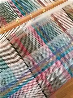 Weaving Designs, Weaving Projects, Weaving Patterns, Fabric Patterns, Weaving Loom Diy, Weaving Art, Hand Weaving, Crochet Crafts, Yarn Crafts