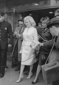 Marilyn Monroe leaving Columbia Presbyterian Medical Center, in New York City, Hollywood Stars, Classic Hollywood, Old Hollywood, Hollywood Actresses, Marie Curie, James Dean, Steve Jobs, Audrey Hepburn, Columbia